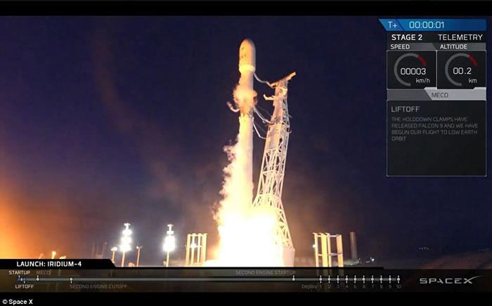 美国加州洛杉矶夜空出现壮观UFO 原来是SpaceX猎鹰9号火箭发射