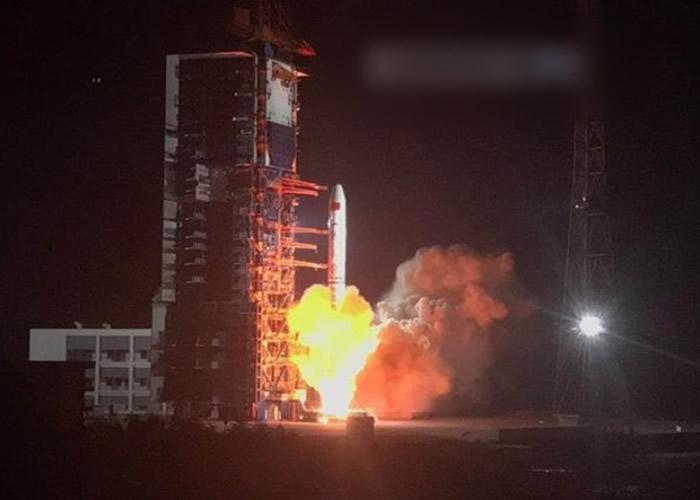 中国长征二号丙运载火箭成功将遥感三十号03组卫星发射升空