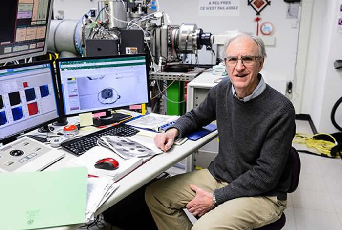 图为2017 年 12 月 15 日,地球科学教授约翰•瓦莱 (John Valley) 在美国威斯康星大学麦迪逊分校 (University of