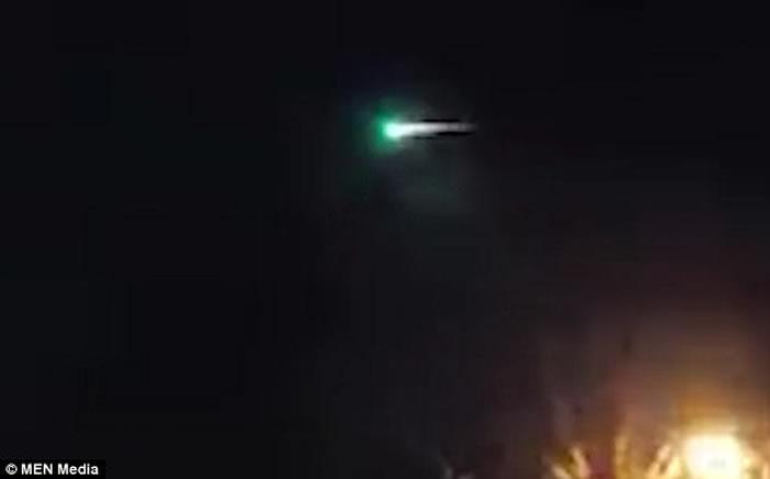火流星:英国除夕夜现巨型绿色火球