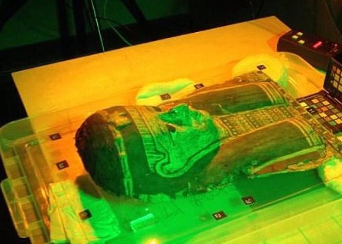 研究人员以红外线技术,扫描木乃伊的棺木。