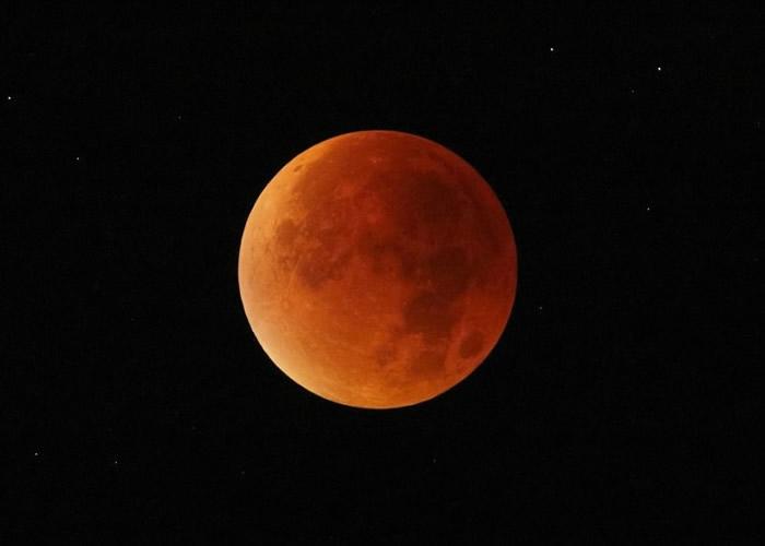 "月底将会有""蓝血月亮""。"