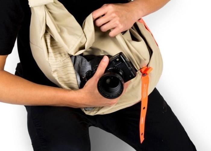 当经过指定方式折叠再加上吊扣后,沙龙就可以变身为斜孭袋。