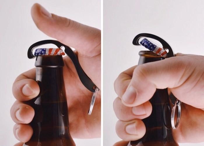 """Cap Snap""开瓶器配有扣子,可扣在匙圈上随身备用。"