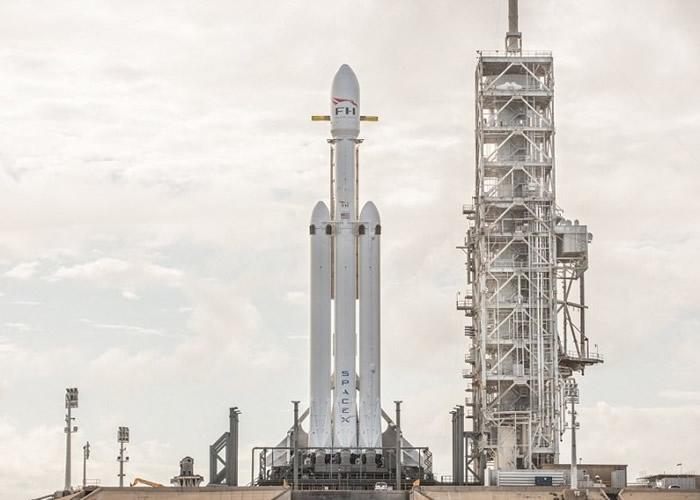 """""""猎鹰""""重型运载火箭将升空 SpaceX公开发射台影像"""