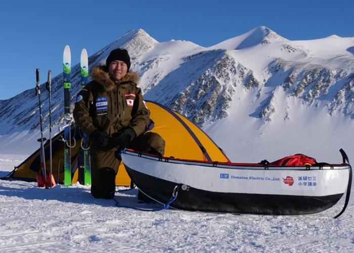 荻田泰永单独徒步抵达南极点。