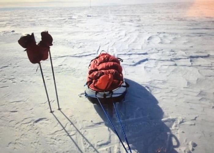 雪橇装载了食物、燃料、器材。