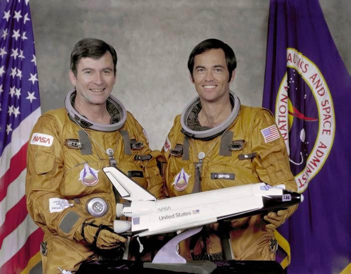 约翰·扬(左)是首位航天飞机指挥官