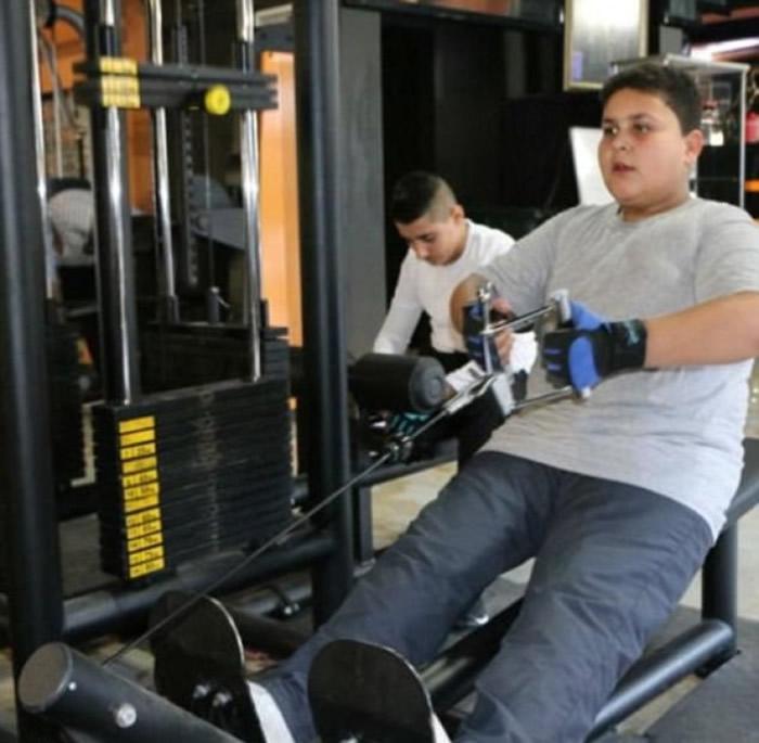哈立德(右)希望透过健身减重。