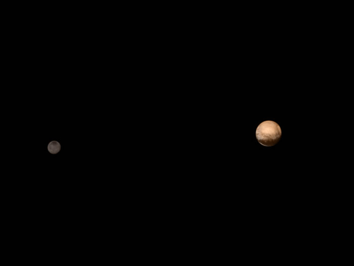 新视野号拍摄的冥王星(右)和它最大的卫星夏戎(左)。影像来源:NASA