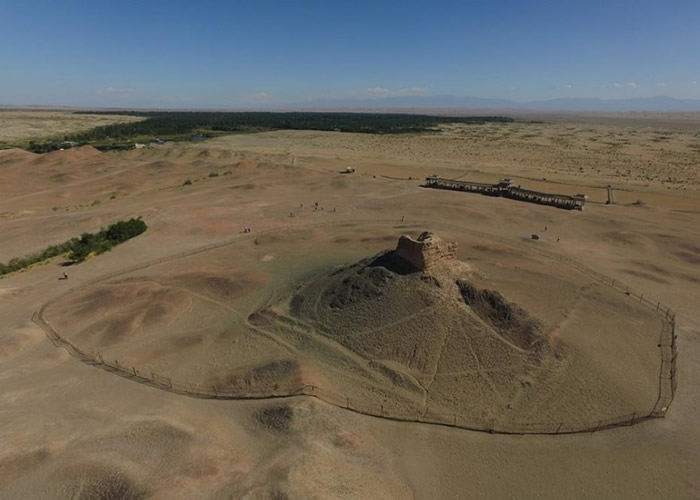 图为阳关古烽燧遗址。
