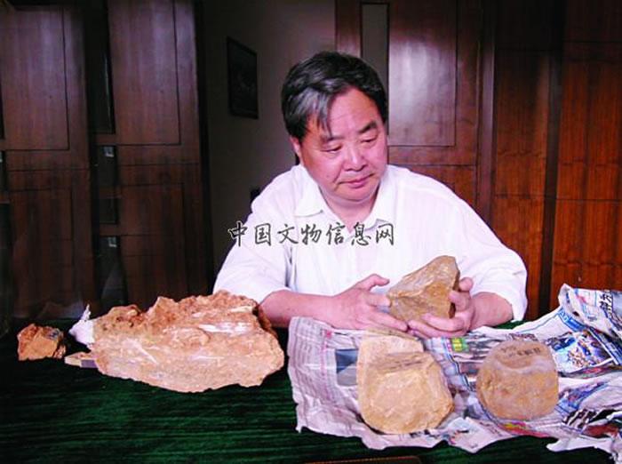 2004年5月张森水先生在长兴观察标本