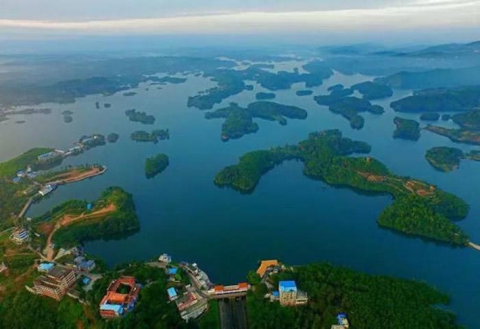 """黑龙滩有""""川西第一海""""之称,蓄水量达3.6亿立方米。"""