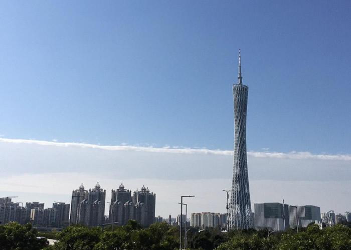 广州塔浸泡在一半白云和一半蓝天之中。