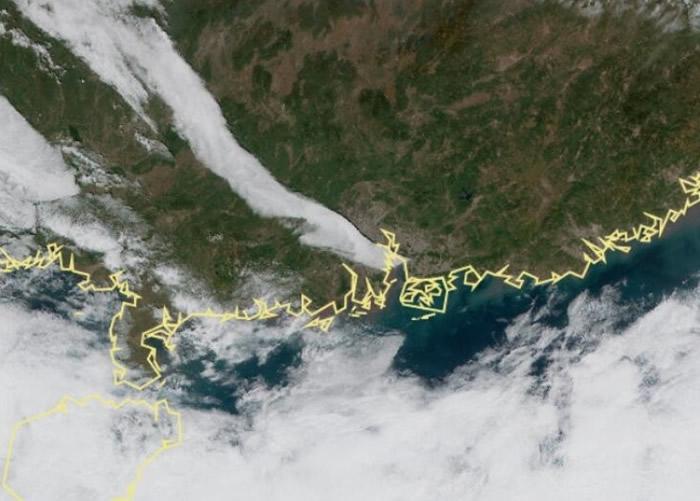 """""""阴阳天""""景观的云带在高清卫星云图中清晰可见。"""