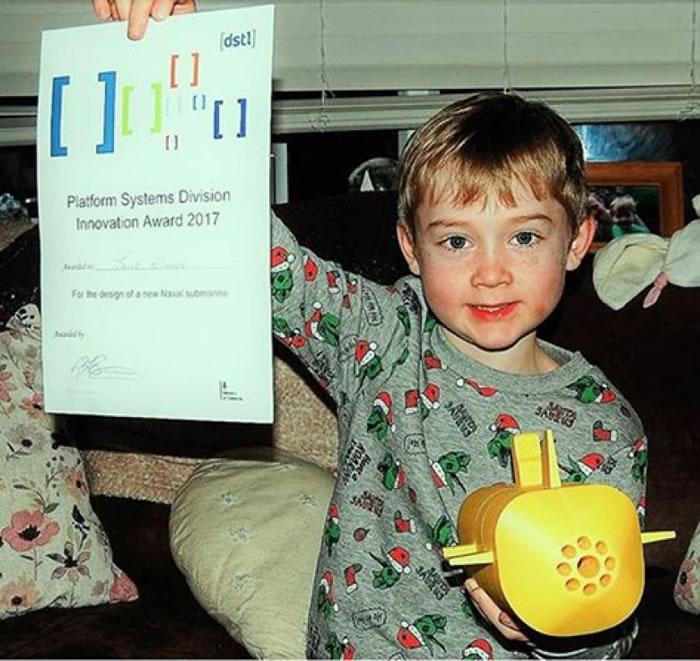 雅各布获颁奖状。