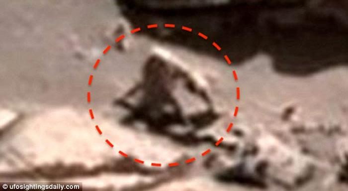 """UFO专家称""""好奇号""""之前拍到某种像长毛蜘蛛猴的生物。"""