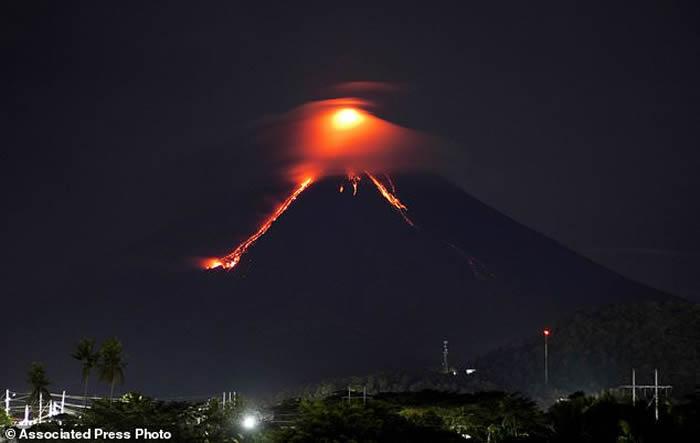 菲律宾吕宋岛东南端马荣火山开始喷出岩浆 近期很可能发生灾难性爆发