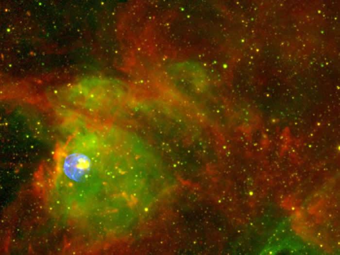 在超新星残骸中这团发光的气体尘埃,看起来既狂暴又炙热。这个区域称为N 63A,是大质量恒星爆发后,将气体外层抛向原本就已经很混乱的区域所形成的。 N 63A位于