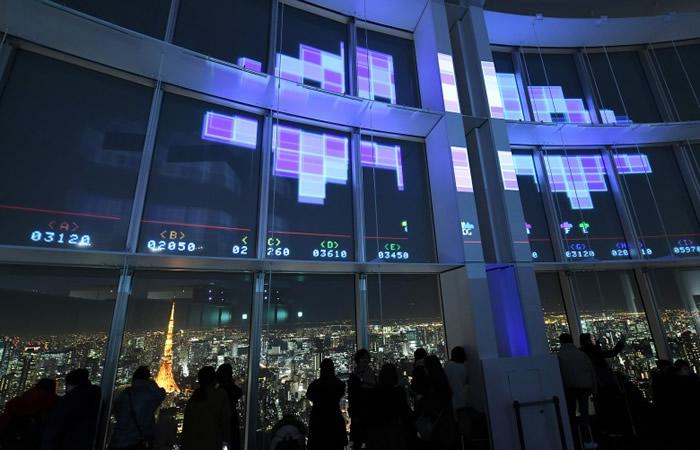 巨窗投射了《太空侵略者》的经典画面。