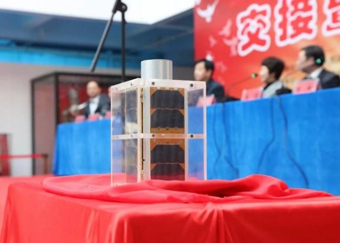 """""""淮安号""""恩来星为中国第一颗应用主动离轨装置的立方体卫星。"""