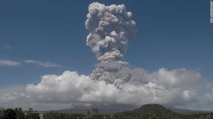 菲律宾马荣火山22日出现熔岩喷发