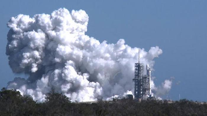 美国太空探索科技公司(SpaceX)进行猎鹰重型运载火箭的首次引擎试燃