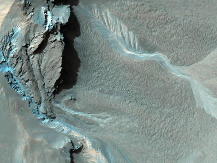 在哈尔坑的西北缘,有许多沟渠蜿蜒而下。目前还不清楚这些沟渠是如何形成的,不过有些沟渠和地球上由液态水冲蚀而成的地形很类似。 PHOTOGRAPH BY NASA