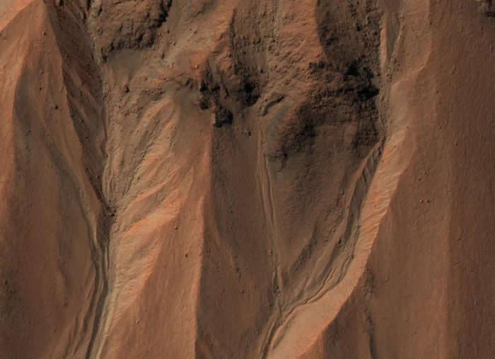 在火星南半球的哈尔坑(Hale crater)边缘,布满了沟渠。在地球上的这种地形,通常是由液态水冲蚀而成。 PHOTOGRAPH BY NASA, JPL-C