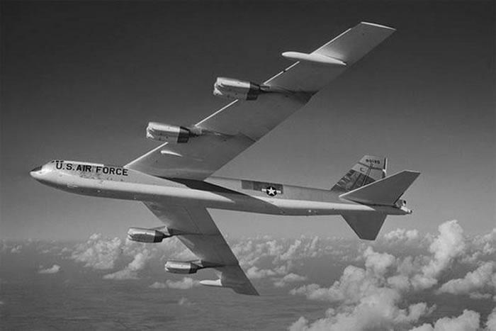 1968年冷战期间美国装着4枚氢弹的B-52轰炸机坠毁在格陵兰岛