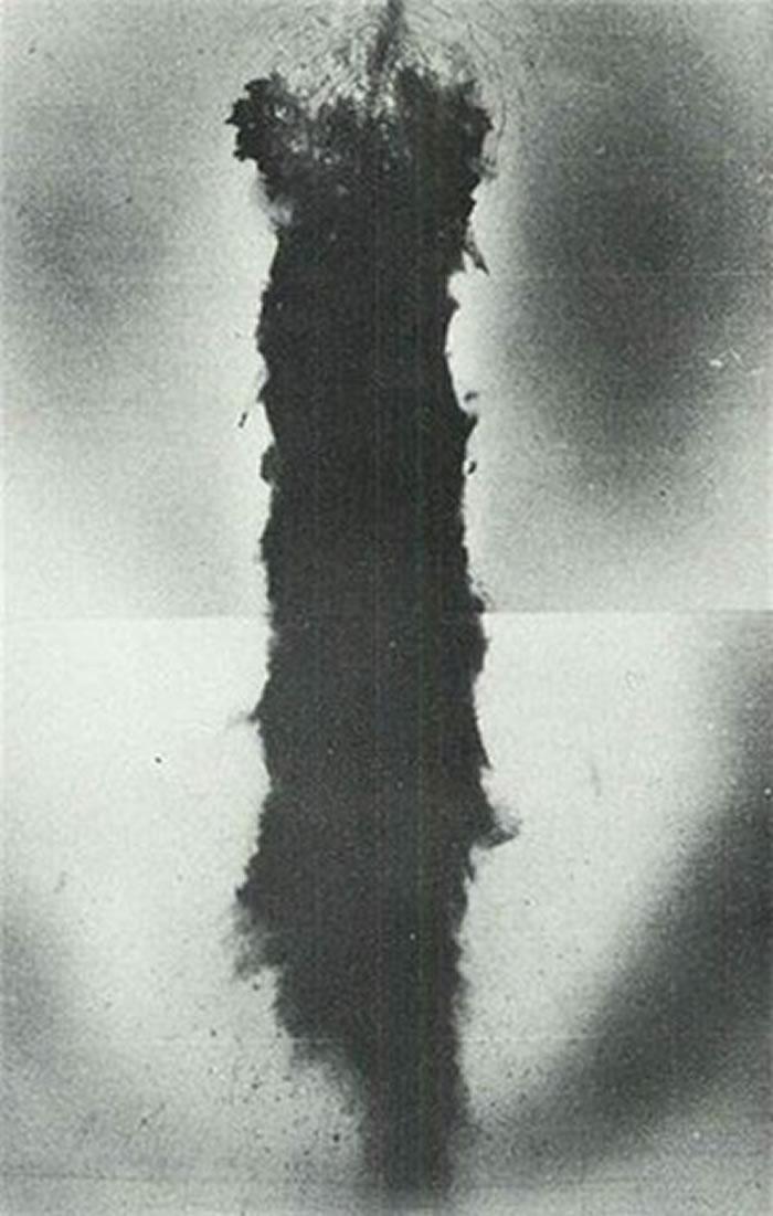 航拍图拍摄到坠毁的B-52残骇,留下大片黑色烧痕。