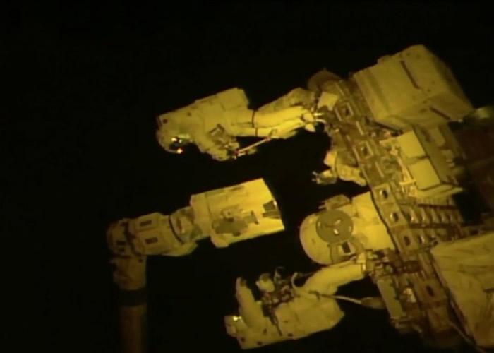 范德海(上)及丁格合力为国际空间站换上一只新机械夹。