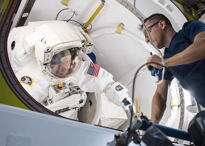 范德海(左)准备展开舱外活动。