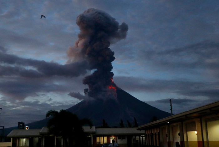 火山灰冲上高空。