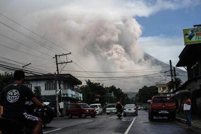 火山灰遮天蔽日,意味火山即将爆发。