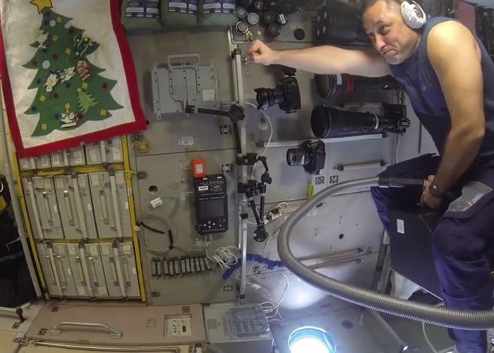 """希卡普罗夫做出在ISS内骑吸尘机飞行的""""创举""""。"""
