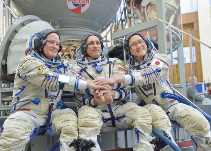 希卡普罗夫(中)现时与来自美国及日本的宇航员在ISS上工作。