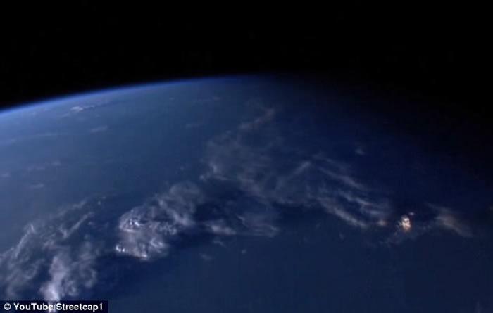 """国际空间站直播拍到""""围绕地球飞行的巨型黄金UFO"""""""