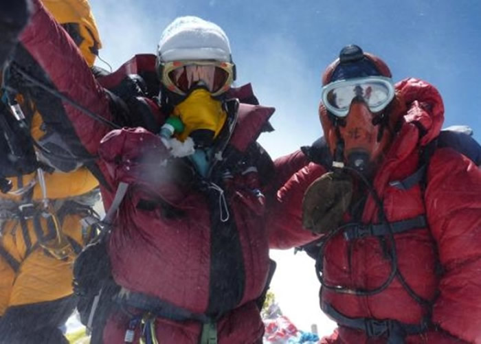 莎拉(左)的挑战令她到访全球不同地方。