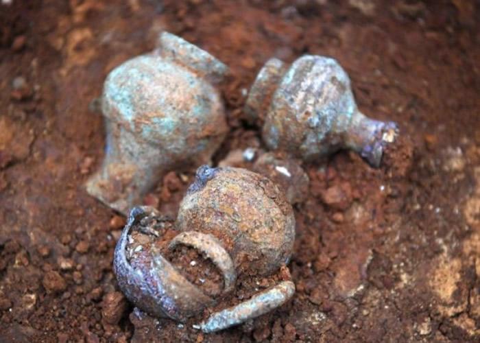 微缩版青铜壶。
