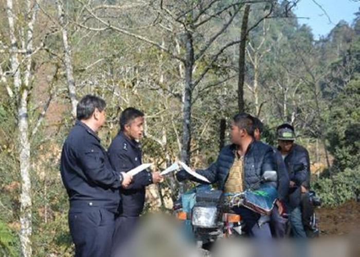 自然保护区的工作人员向民众发放伯乐树宣传画册。