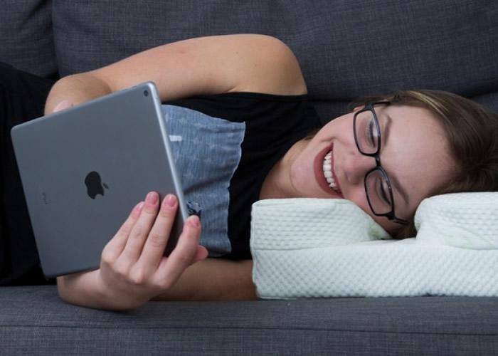 """美国公司推出为戴眼镜的人特别设计的枕头""""LaySee Pillow"""""""