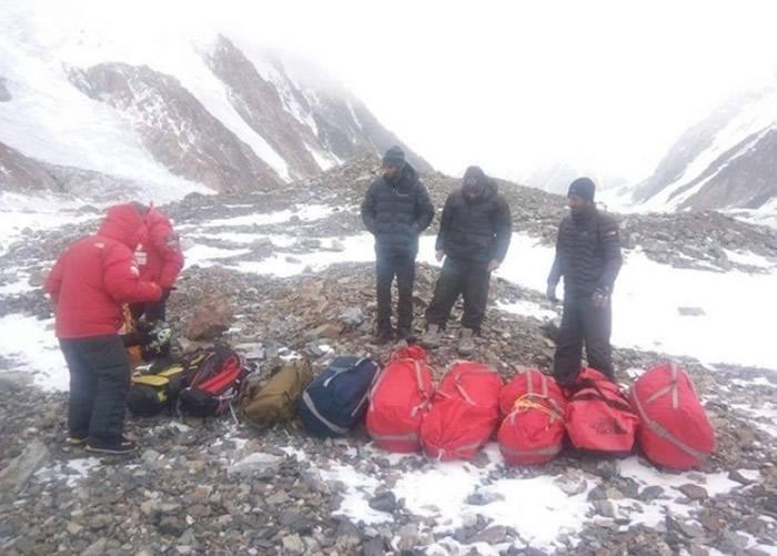 搜救人员准备上山。