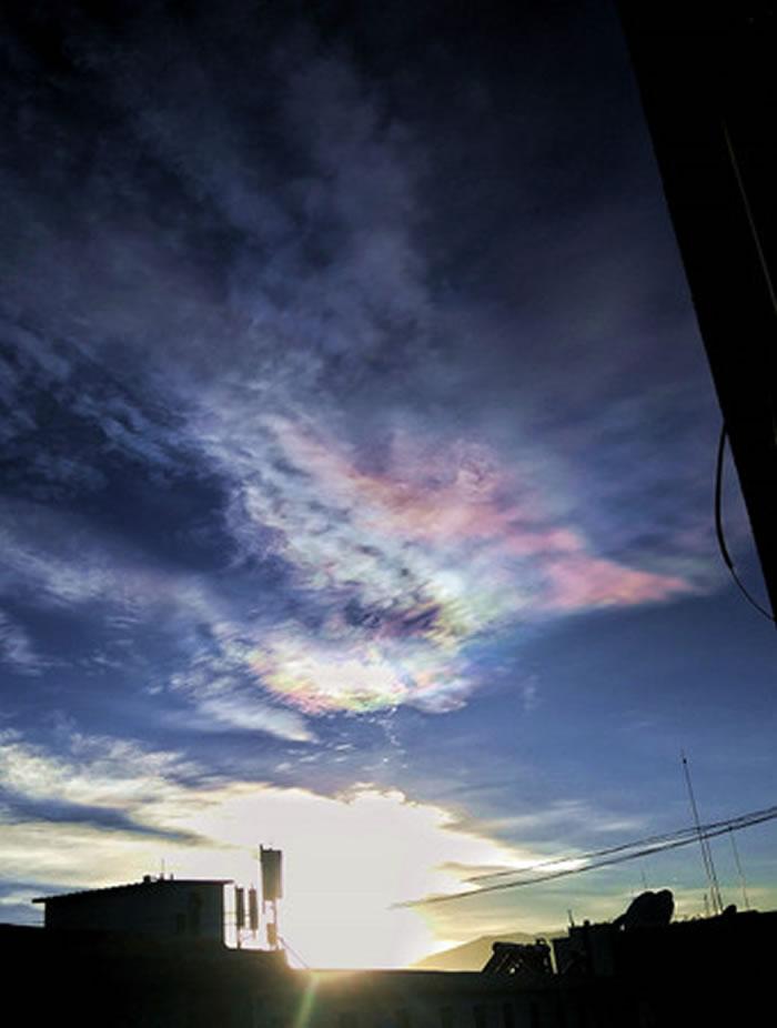 中国西藏拉萨拍摄的「七彩云」自然现象。