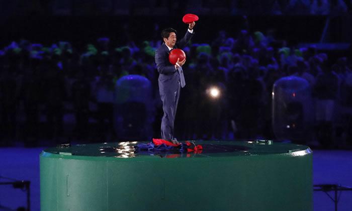 2016年8月,日本首相安倍晋三在里约热内卢夏季奥运会闭幕式上扮演成著名游戏角色超级马里奥,身着经典的蓝红色服装从