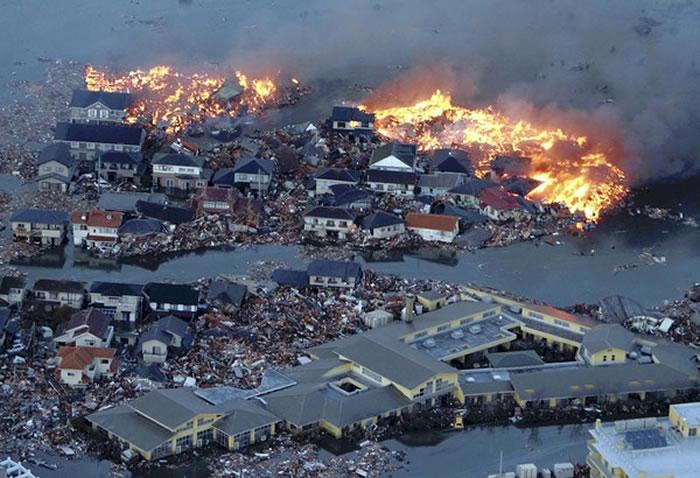 大地震除了可能导致建筑物倒塌损毁外,还可能引发火灾、海啸等灾难。图为日本311大地震导致建筑物损毁与火灾。