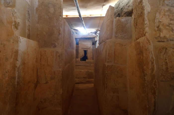 这座古王国墓室的入口通往一座L型神龛。 PHOTOGRAPH BY AMR ABDALLAH DALSH, REUTERS