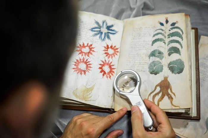 伏尼契手稿(Voynich Manuscript)是一本不起眼的小书,但也是世界上最神秘的书之一,目前收藏在耶鲁大学的保管库里。这份珍贵的文件里有优美的书写字和
