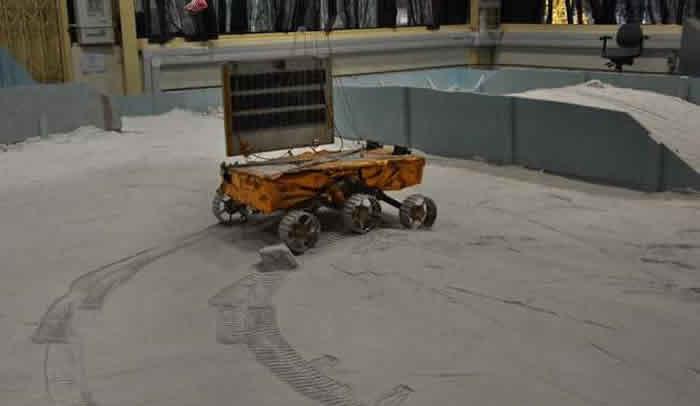"""印度空间研究组织计划向月球发射载有小型月球车的""""月船2号""""探测器"""