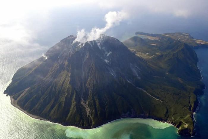 若火山熔岩穹丘爆发,可能会威胁不少人的性命。图为鬼界破火山口附近的硫磺岛。